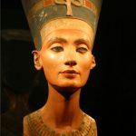 ネフェルティティの歴史と人生 クレオパトラ、ネフェルタリと並ぶエジプト三大美女の一人☆ツタンカーメンとの関係、女王の遺跡(墓)の発掘、生まれ変わり?ソックリ整形美女の生涯も!